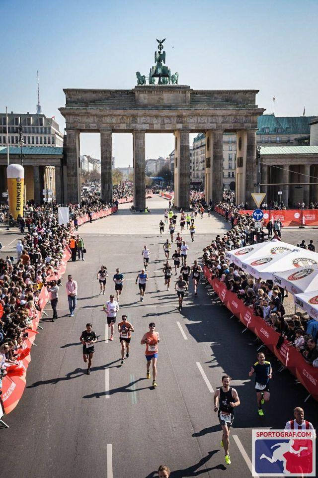 Im Hintergrund das Brandenburger Tor - Berliner Halbmarathon 2019
