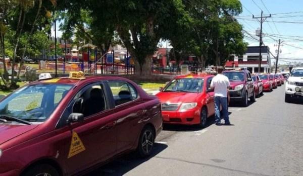 MOPT apoya que taxistas cuenten con aplicación celular para operar