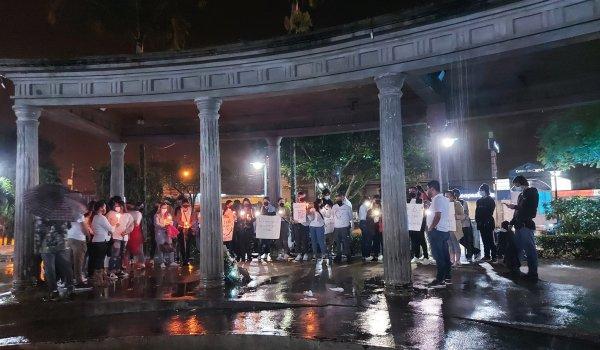 Amigos y familiares realizaron velada en homenaje a las víctimas del homicidio múltiple en Buenos Aires