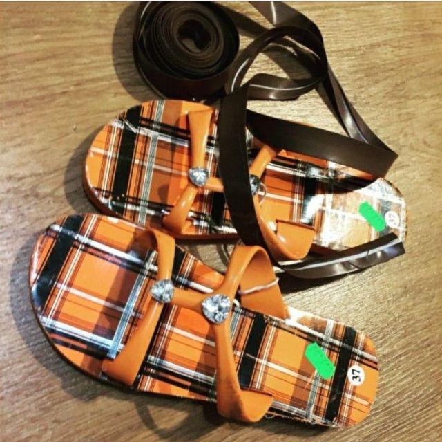 8-sorbos-de-inspiración-disfraz-de-romano-material-sandalias