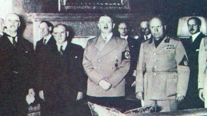 Συμφωνία του Μονάχου (από αριστερά προς δεξιά: Τσάμπερλεν, Νταλαντιέ, Χίτλερ, Μουσολίνι και Τσιάνο)