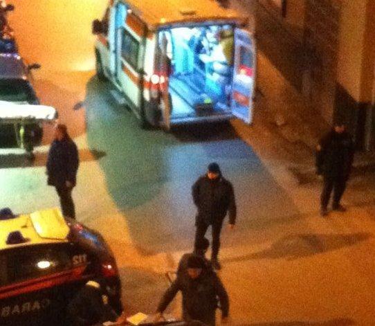 Rapinatori in fuga dopo che il titolare ha scagliato una sedia in testa all'uomo armato