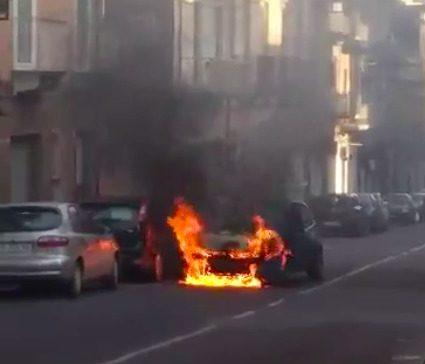 A fuoco un'auto che stava procedendo lungo via Giovan Battista Nicolosi