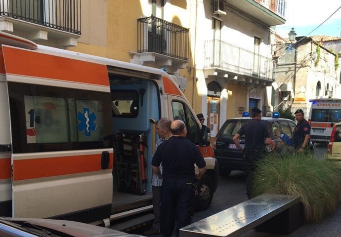 Rissa al Compro Oro di via Vittorio Emanuele: ci sono due feriti