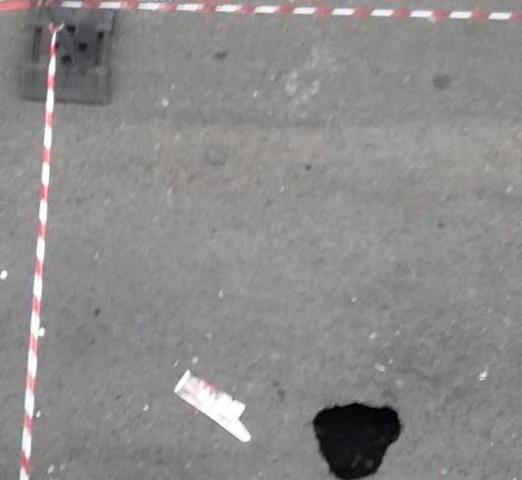 """In via Sabotino si è aperto un """"cratere"""" sull'asfalto"""
