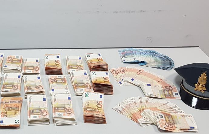 CATANIA: Guardia di Finanza scopre all'aeroporto trasporto illegale di valuta per 1,4 mln €