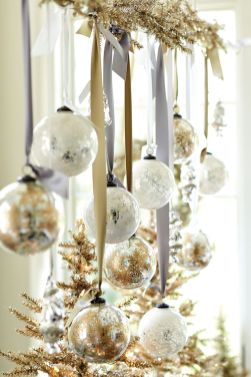 Elegant White Vintage Christmas Decoration Ideas 36