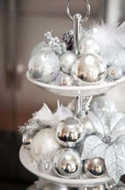 Elegant White Vintage Christmas Decoration Ideas 38