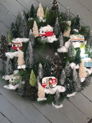 Colorful Christmas Wreaths Decoration Ideas For Your Front Door 15