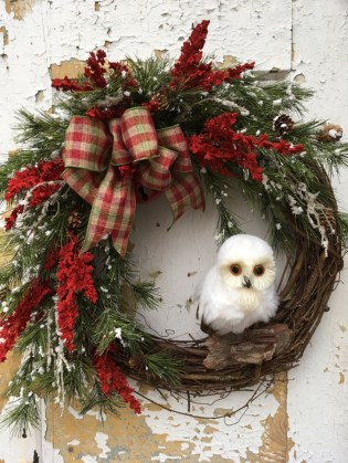 Colorful Christmas Wreaths Decoration Ideas For Your Front Door 40