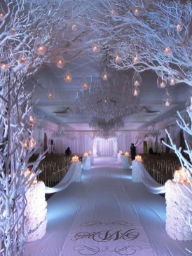 Stunning Gold Winter Decoration Ideas 33