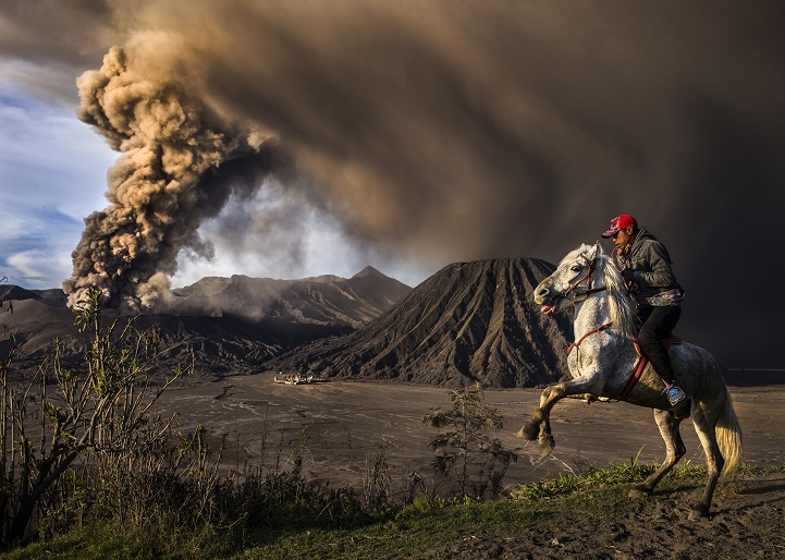 This picture was taken during Mt. Bromo eruption, the horse seems a little agitated due to the sound of the eruption.