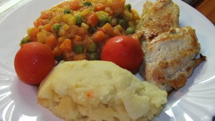 Bijeli pileci file s povrtnom mjesavinom - gotovo jelo (1)