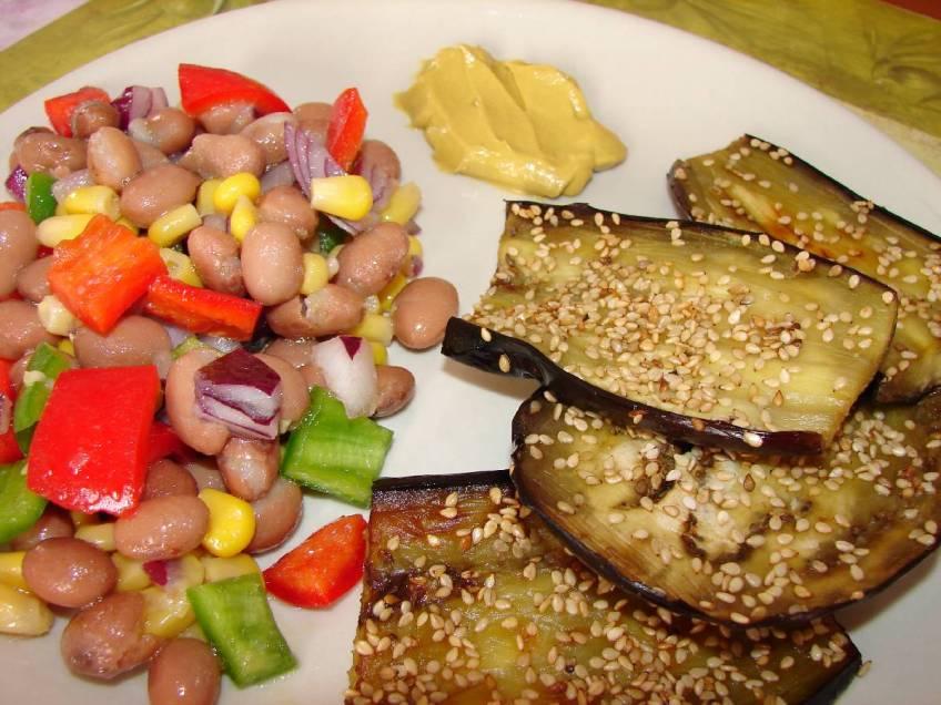 Zapečeni patliđani sa sezamom i miješanom salatom - gotovo jelo