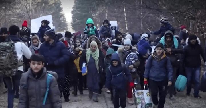 """Děsivé: U maďarských hranic se shromáždilo tisíc imigrantů a chce projít. """"Je to organizovaná provokace neziskových organizací,"""" uvádějí média s odkazem na českou neziskovku Lékaři bez hranic. Největší útok od roku 2015"""