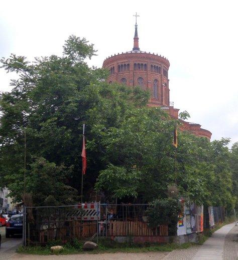 Baumhaus an der Mauer Osman Kadin