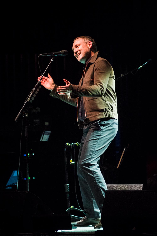 David Gray entertaining the crowd at the Peabody Opera House. Photo by Ryan Ledesma.