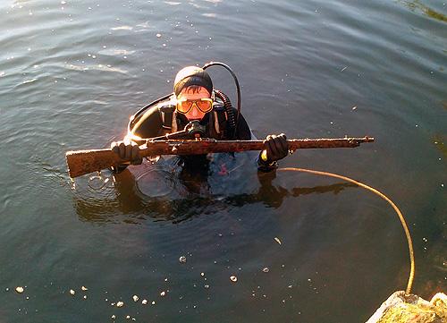 DLRG findet Gewehr im Neckar