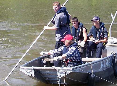 500 Wassebaulehrlinge beim Ermitteln der Wassertiefe mittels Peilstangen auf dem Neckar 5
