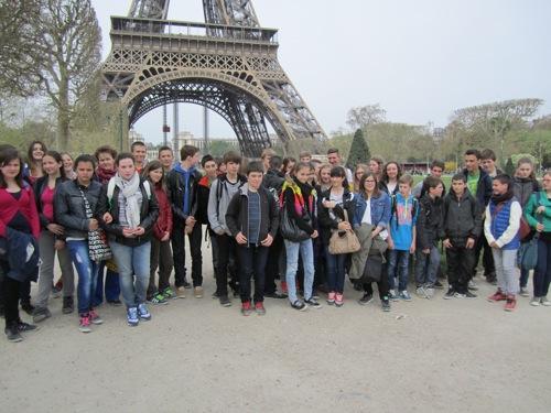 Schüler unterm Eiffelturm
