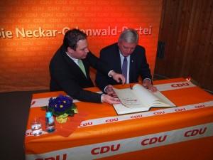 Ministerpräsident Volker Bouffier mit Bürgermeister Markus Haas beim Eintrag ins Goldene Buch der Gemeinde Waldbrunn. (Foto: NOKZEIT)