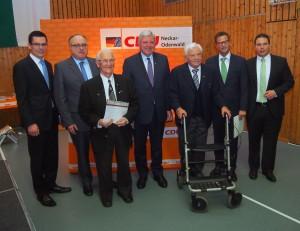 Ehrung der langjährigen Mitglieder Wilhelm Essig (3.v.re.) und Michael Kretz (3.v.li.) mit Ministerpräsident Volker Bouffier, MdL Peter Hauk (2.v.re.) Bürgermeister Markus Haas (re.), Kreisvorsitzender Ehrenfried Scheuermann (2.v.li.) und Kreisgeschäftsführer Jan Inhoff (li.). (Foto: NOKZEIT)