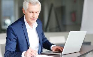 manager-silver-computer-gray-hair-man