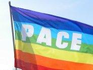 Accanto al letto Zajko tiene una bandiera arcobaleno della pace