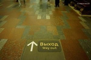 Moscou, affichage au sol dans le métro