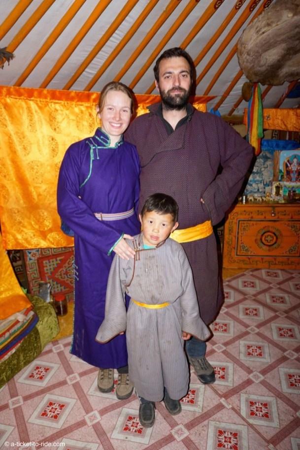 Mongolie, en tenue de nomades