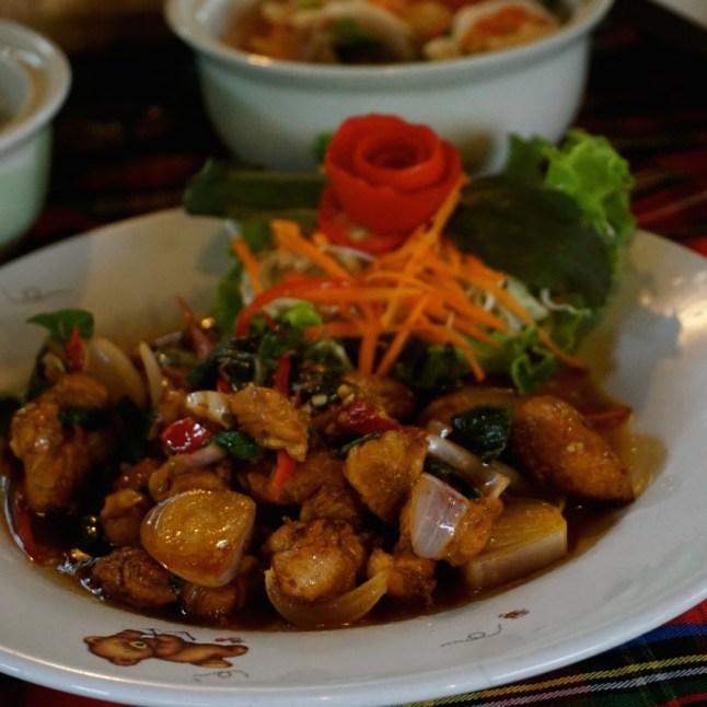 """Thaïlande, Chiang Mai, émincé de poulet au """"basilic sacré"""" frits au won"""