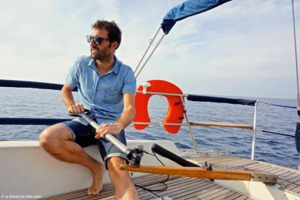 Marseille, Mathieu tient la barre du voilier