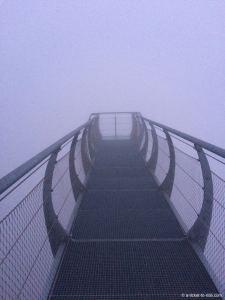 Ponton dans le ciel, un jour de brouillard