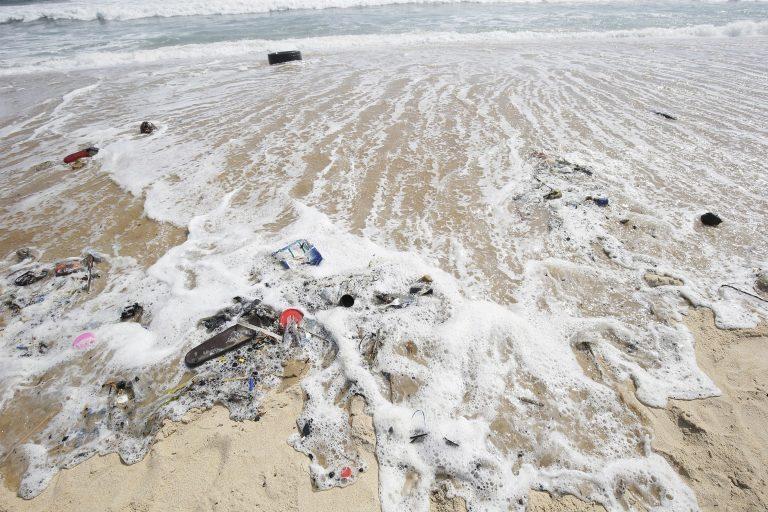 Desechos plásticos a lo largo de la costa de Monrovia, Liberia. EFE/AHMED JALLANZO/ARCHIVO