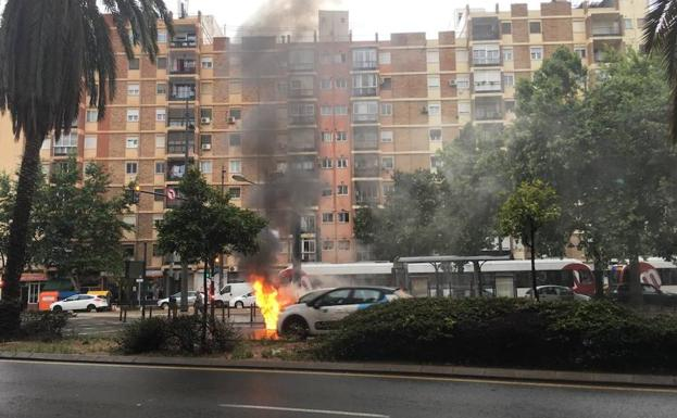 Un coche en llamas colapsa la avenida Primado Reig de Valencia