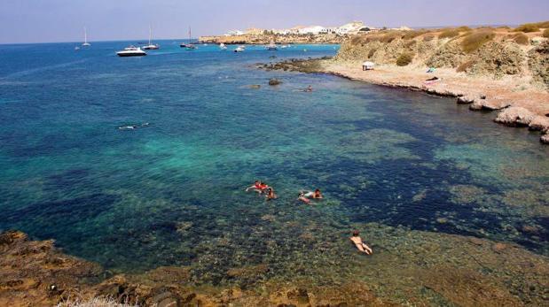Tabarca tiene varias calas de aguas cristalinas, como reserva marina que es, además de su playa - JUAN CARLOS SOLER