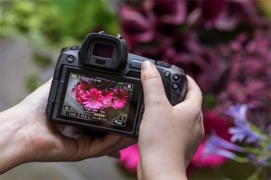 La barra multifunción personalizable de la EOS R de Canon te permite asignarle diferentes funciones para facilitar su uso.
