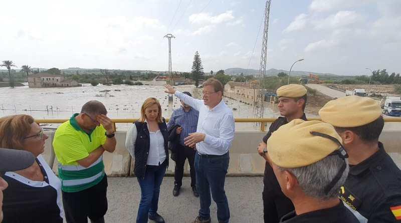 Ximo Puig supervisa los trabajos de reparación tras la segunda rotura de la mota del río Segura en Almorad