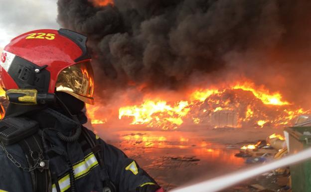 Alarmante incendio en una nave industrial de Betxí