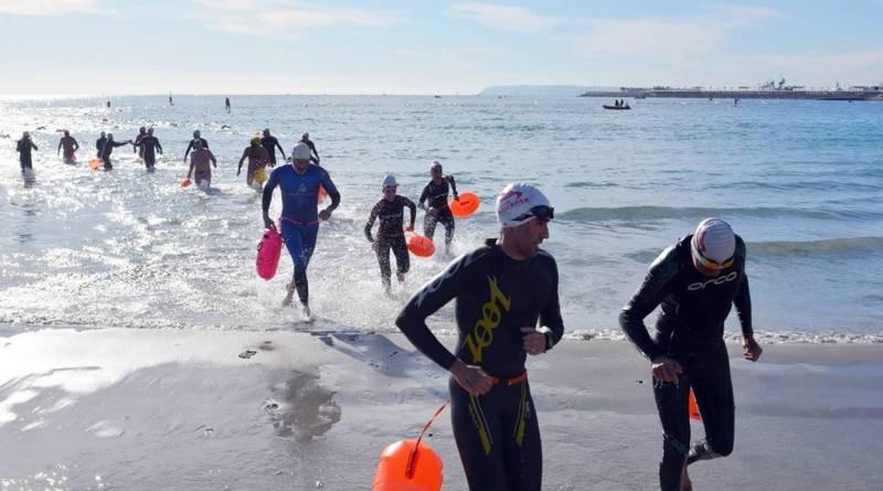 """Más de 400 atletas han competido hoy en la prueba a nado """"Travesía Navidad Playa del Postiguet"""""""