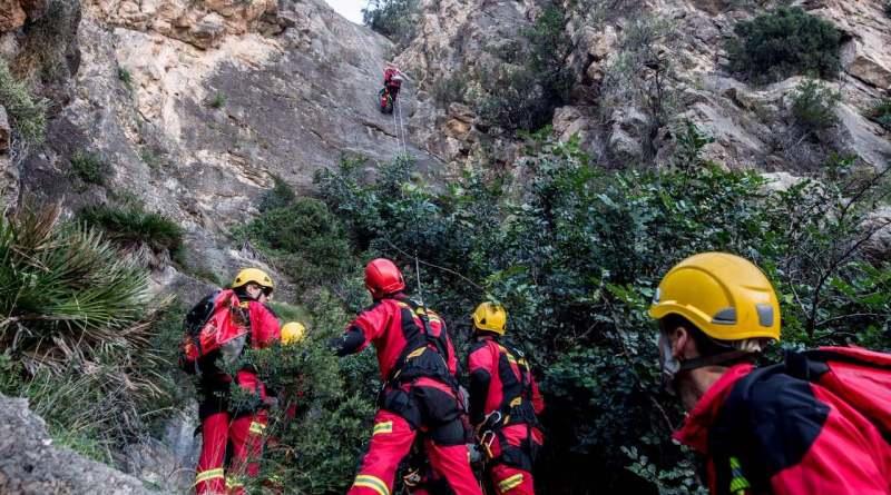 La Unidad de especialistas BREC de bomberos del SPEIS realiza un arriesgado simulacro de rescate de un excursionista atrapado y herido en un rápel para salvarle la vida en el Barranco de Fontcalent de Alicante