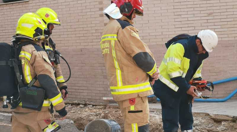 Los bomberos del SPEIS obturan una tubería de gas perforada en una obras en la calle San Carlos