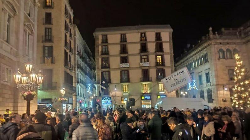 Más de 200 personas se concentra contra la inhabilitación de Torra frente a la Generalitat
