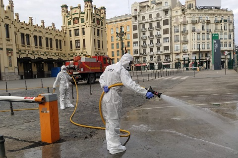 Si lo estiman oportuno, también utilizan las autobombas llenas de solución de hipoclorito al 0,45% para realizar líneas de 25 mm en grandes áreas Foto: UME