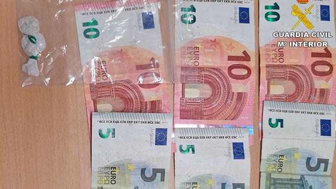 El dinero incautado (45 euros) y las dos dosis de cocaína recuperadas