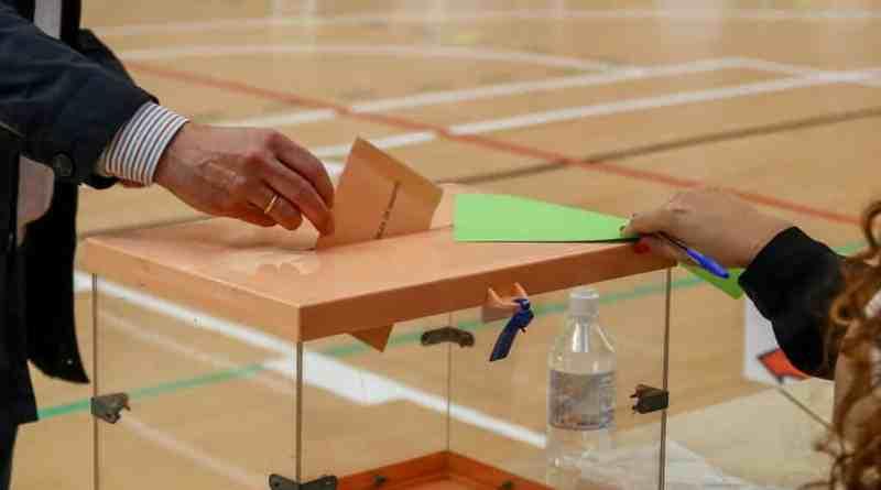 Elecciones Madrid 2021 | Largas colas frente a los colegios electorales para votar en la región
