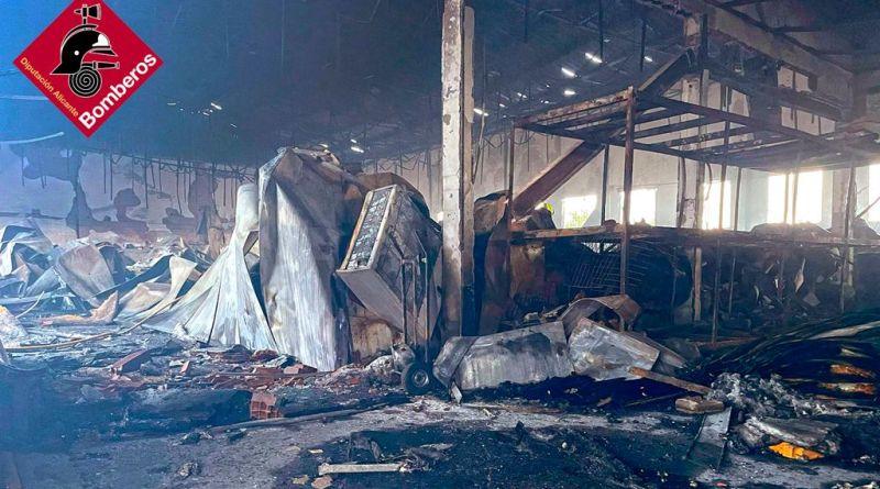 Incendio en una nave industrial de calzado en la carretera del L'Altet dirección Elche