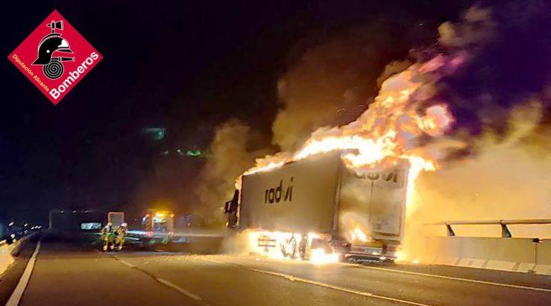 Incendio de un camión de grandes dimensiones en la A-7 cerca de Elche