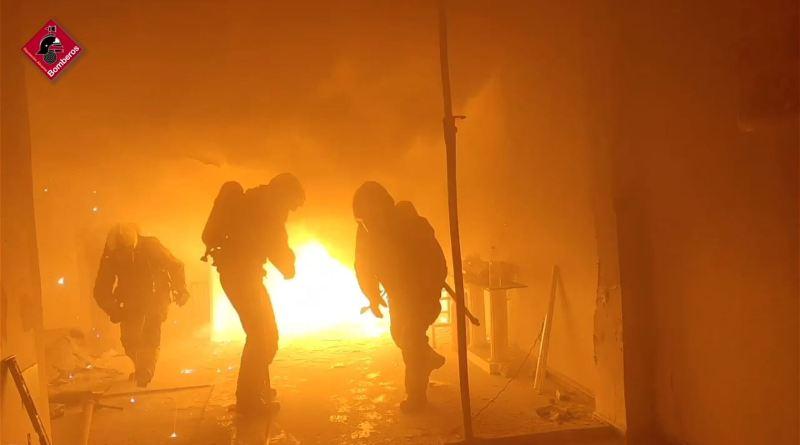 Incendio en un taller de aluminio que obliga a confinar a los vecinos de un edificio de Elche
