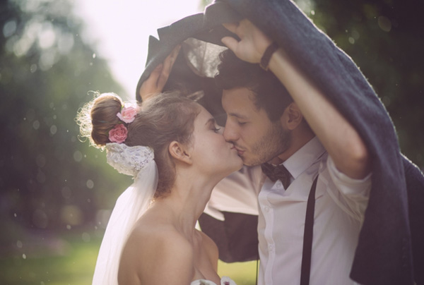 love-kiss-wedding-photo-ideas-in-the-rainy-day-11-A2zWeddingCards